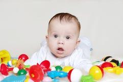 Cuatro-meses preciosos de bebé con los juguetes Fotos de archivo