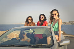 Cuatro muchachas en un coche imágenes de archivo libres de regalías