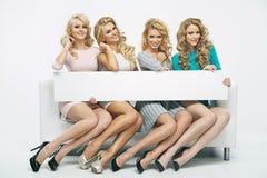 Cuatro muchachas fantásticas con el tablero fino imagen de archivo libre de regalías