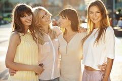 Cuatro muchachas fantásticas durante tarde del verano Fotos de archivo libres de regalías