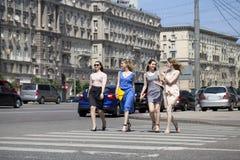 Cuatro muchachas hermosas de la moda que caminan en la calle Imagen de archivo libre de regalías