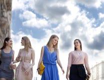 Cuatro muchachas hermosas de la moda que caminan en la calle Imagenes de archivo