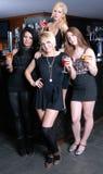 Cuatro muchachas hermosas en barra Imagenes de archivo