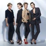 Cuatro muchachas hermosas en estilo de la moda Fotos de archivo