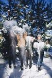 Cuatro muchachas se divierten en el bosque en invierno Imagen de archivo