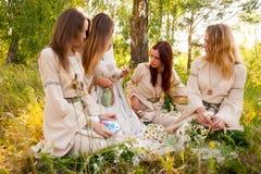 Cuatro mujeres bonitas jovenes se relajan en bosque Fotografía de archivo libre de regalías