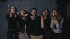 Cuatro mujeres bonitas y el hombre atractivo envían un beso y miradas in camera metrajes