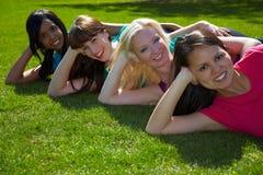 Cuatro mujeres en un parque imagenes de archivo