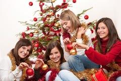 Cuatro mujeres jovenes que se divierten en la Navidad imagenes de archivo