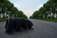 Cuatro neumáticos en el camino imágenes de archivo libres de regalías