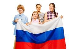 Cuatro niños adolescentes con la bandera de la Federación Rusa Fotos de archivo