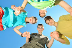 Cuatro niños contra el cielo Imágenes de archivo libres de regalías