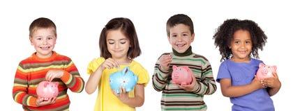 Cuatro niños divertidos con la dinero-caja imagen de archivo libre de regalías