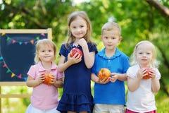 Cuatro niños emocionados por una pizarra Fotografía de archivo