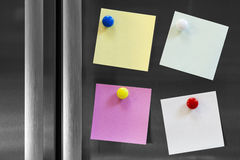 Cuatro notas asociadas al refrigerador Imagen de archivo libre de regalías