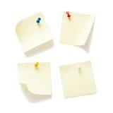 Cuatro notas pegajosas con los pernos del empuje imagen de archivo libre de regalías