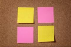 Cuatro notas pegajosas del recordatorio sobre tablero del corcho Foto de archivo
