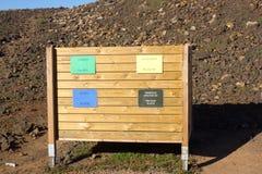 Cuatro papeleras de reciclaje para diversa basura Papel, vidrio, comida, plástico Fotos de archivo libres de regalías