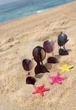 Cuatro pares de gafas de sol en la playa Foto de archivo