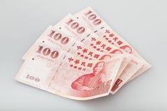 Cuatro pedazos de cientos dólares de efectivo del dólar de nuevo Taiwán imagen de archivo libre de regalías