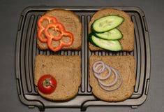 Cuatro pedazos de pan y de verduras se asan a la parrilla Fotos de archivo libres de regalías