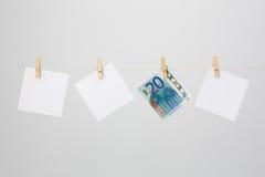 Tres notas blancas y un billete de banco del euro veinte Imagen de archivo libre de regalías