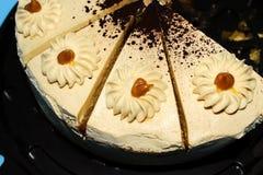 Cuatro pedazos de torta deliciosa de la crema del caramelo imágenes de archivo libres de regalías