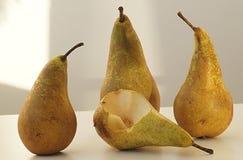 Cuatro peras maduras con la luz natural imagen de archivo libre de regalías