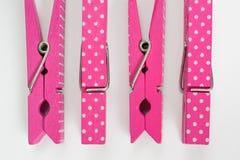 Cuatro pernos de ropa rosados con la diversión modelan dos movieron de un tirón la visión superior Fotografía de archivo libre de regalías