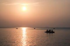Cuatro personas en el kajak en el mar Fotos de archivo libres de regalías