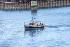 Cuatro personas en pequeño crucero de cabina Foto de archivo libre de regalías