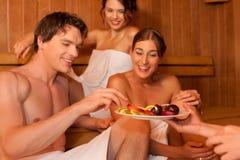 Cuatro personas o amigos en sauna Imagen de archivo