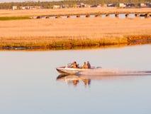 Cuatro personas que navegan en una motora foto de archivo