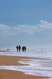 Cuatro personas que practica surf Fotos de archivo
