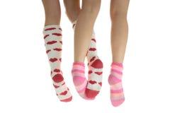 Cuatro piernas con los calcetines coloridos Foto de archivo libre de regalías