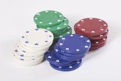 cuatro pilas de diversos microprocesadores coloreados del casino Imagen de archivo