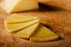 Cuatro rebanadas de queso español de Manchego Fotos de archivo