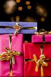 Cuatro regalos monocolores con los arcos de oro Fotos de archivo libres de regalías