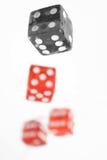 Cuatro rojos y huesos que juegan negros Fotos de archivo libres de regalías