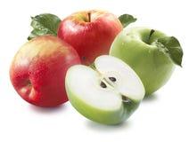 Cuatro rojos y manzanas verdes aisladas en el fondo blanco Imagen de archivo