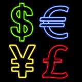 Cuatro símbolos de dinero en circulación de neón en negro Imagen de archivo libre de regalías