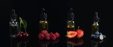 Cuatro sabores del sabor, en los envases de cristal, en un fondo negro, con un gusto de cerezas, fresas, frambuesas, arándanos, fotos de archivo
