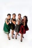 Cuatro señoras jovenes preciosas que soplan una serie del beso Fotos de archivo