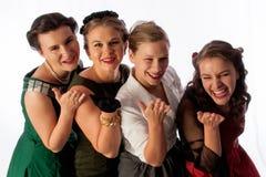 Cuatro señoras jovenes preciosas que soplan una serie del beso Fotografía de archivo libre de regalías