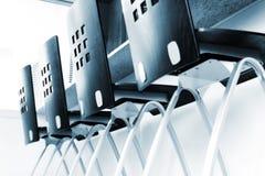 Cuatro sillas de la cocina en una fila en el contador de cocina Fotografía de archivo libre de regalías