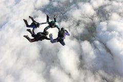 Cuatro skydivers en caída libre Imagenes de archivo