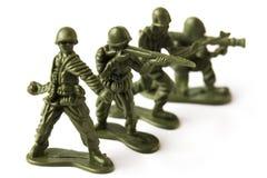 Cuatro soldados de juguete, aislados en el fondo blanco Imágenes de archivo libres de regalías