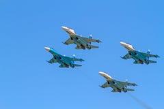 Cuatro Su-27 en el cielo azul foto de archivo