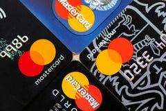 Cuatro tarjetas de crédito de Mastercard imagenes de archivo