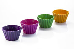 Cuatro tazas coloridas sobre el fondo blanco Fotos de archivo